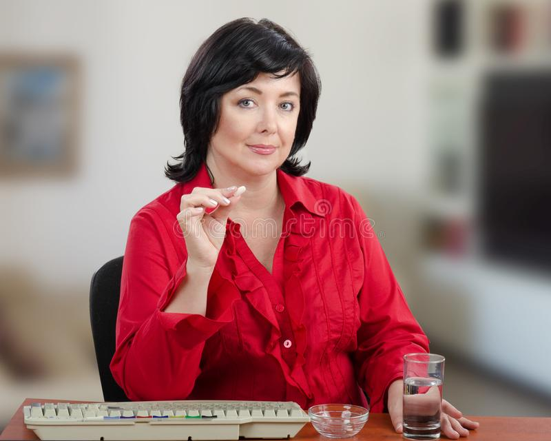 Η γυναίκα θέλει παίρνει το μικρό χάπι στοκ εικόνα