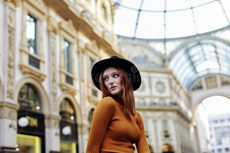 Η γυναίκα θέτει για ένα πορτρέτο έξω από το Galleria Vittorio Emanuele ΙΙ στο Μιλάνο στοκ εικόνα με δικαίωμα ελεύθερης χρήσης