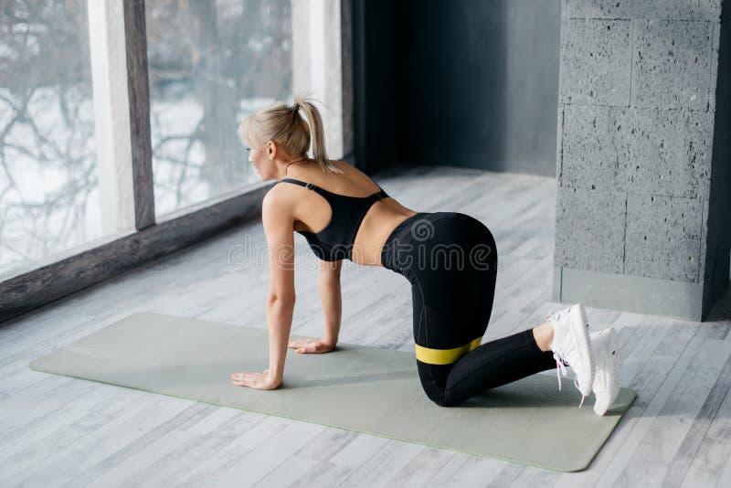 Η γυναίκα ικανότητας χρησιμοποιεί την ελαστική ζώνη για τον αθλητισμό στοκ φωτογραφίες με δικαίωμα ελεύθερης χρήσης