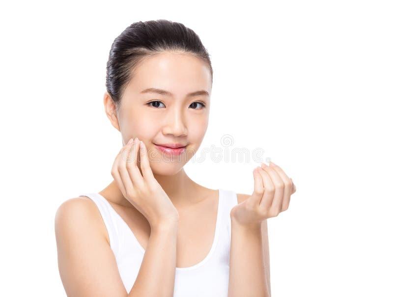 Η γυναίκα ισχύει skincare στο πρόσωπο στοκ φωτογραφία με δικαίωμα ελεύθερης χρήσης