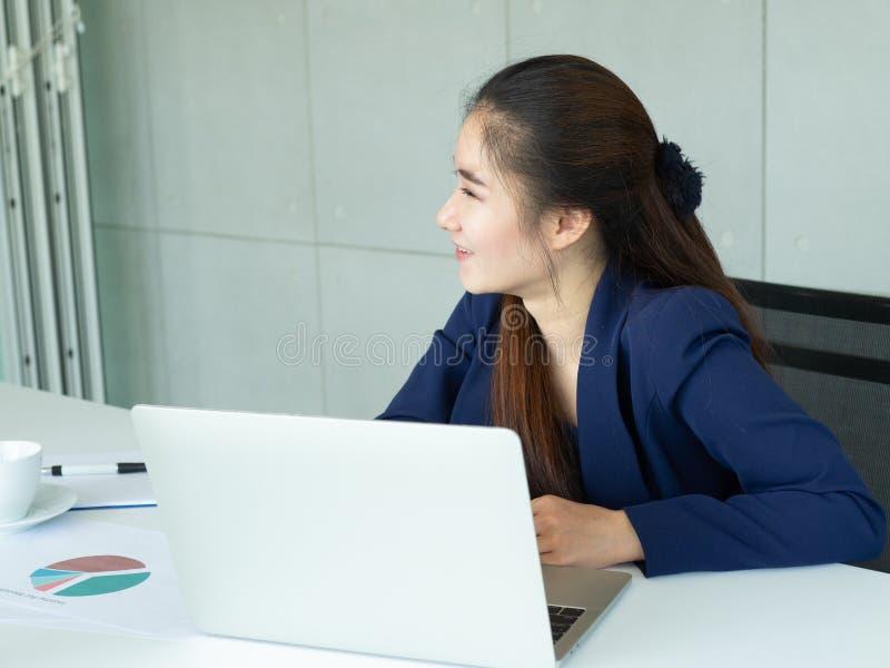Η γυναίκα κάθεται και χαμογελά στοκ εικόνες