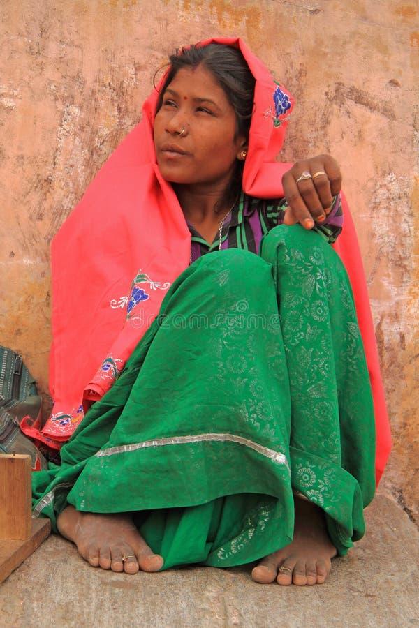 Η γυναίκα κάθεται σχεδόν Amer το οχυρό στο Jaipur, Ινδία στοκ φωτογραφία με δικαίωμα ελεύθερης χρήσης