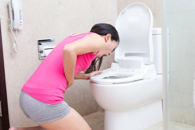 Η γυναίκα κάνει εμετό στοκ φωτογραφία