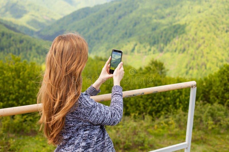 Η γυναίκα κάνει μια φωτογραφία στοκ φωτογραφία με δικαίωμα ελεύθερης χρήσης
