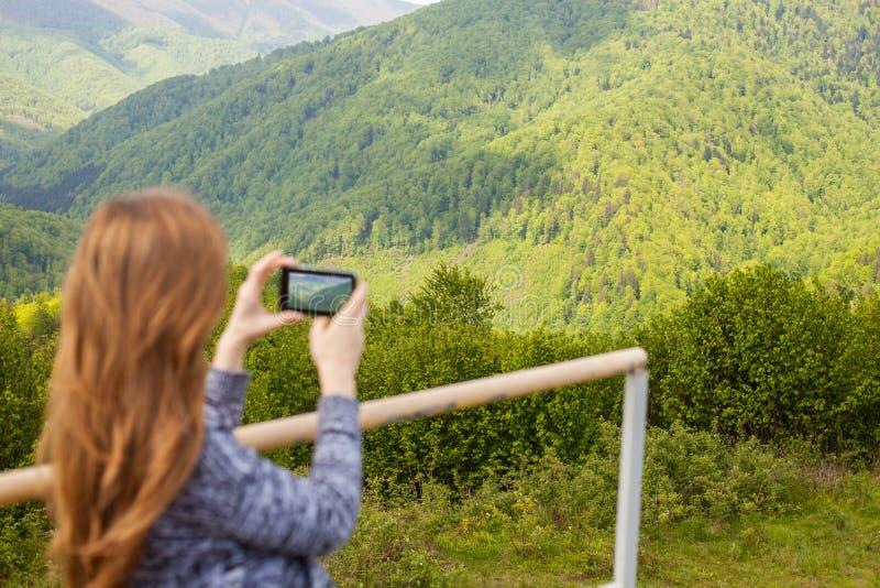 Η γυναίκα κάνει μια φωτογραφία στοκ εικόνες με δικαίωμα ελεύθερης χρήσης
