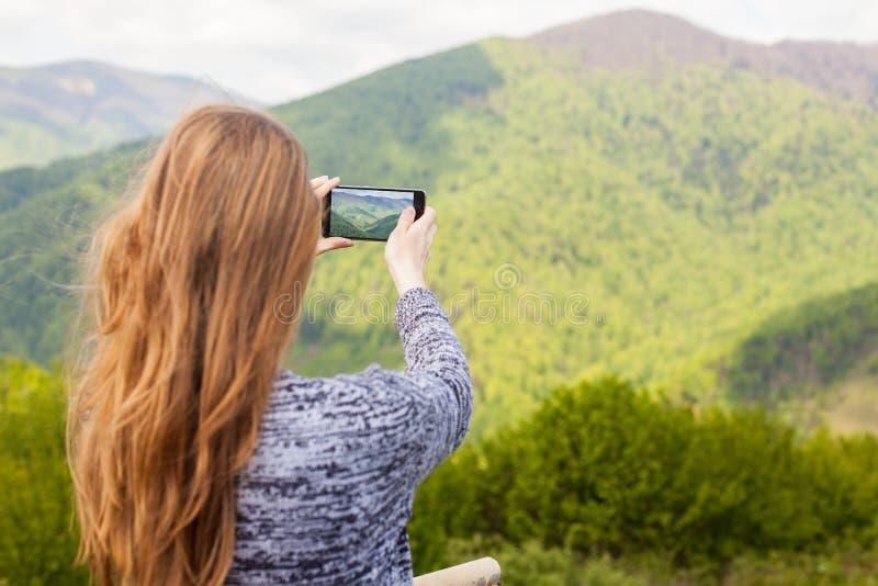 Η γυναίκα κάνει μια φωτογραφία στοκ εικόνα με δικαίωμα ελεύθερης χρήσης