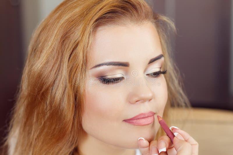 Η γυναίκα κάνει το γάμο makeup στοκ εικόνες με δικαίωμα ελεύθερης χρήσης