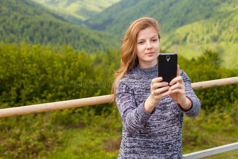 Η γυναίκα κάνει selfie στοκ φωτογραφία με δικαίωμα ελεύθερης χρήσης