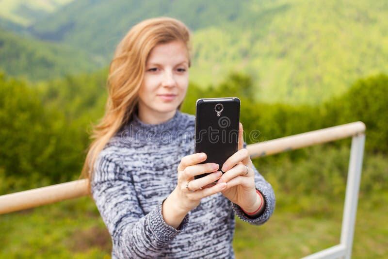 Η γυναίκα κάνει selfie στοκ φωτογραφίες με δικαίωμα ελεύθερης χρήσης
