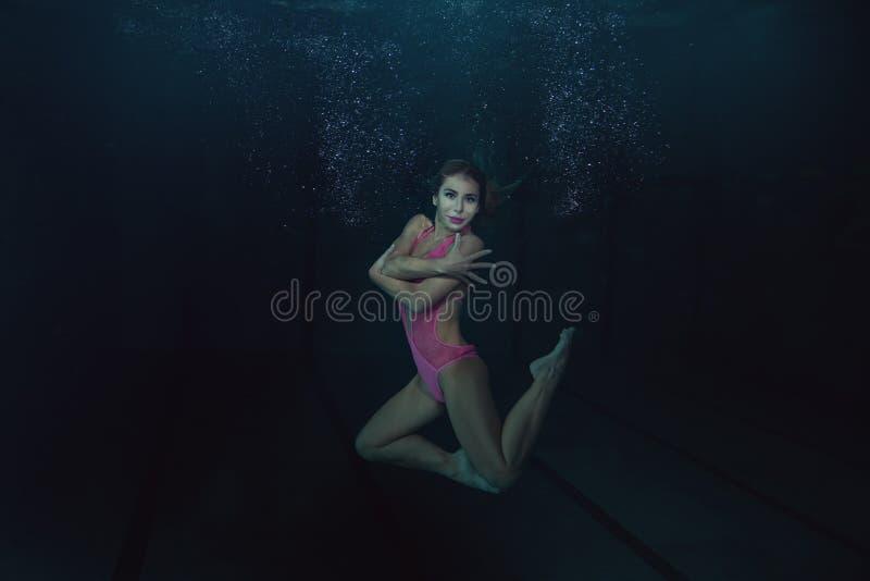 Η γυναίκα κάτω από το νερό παρουσιάζει αριθμούς στοκ εικόνες