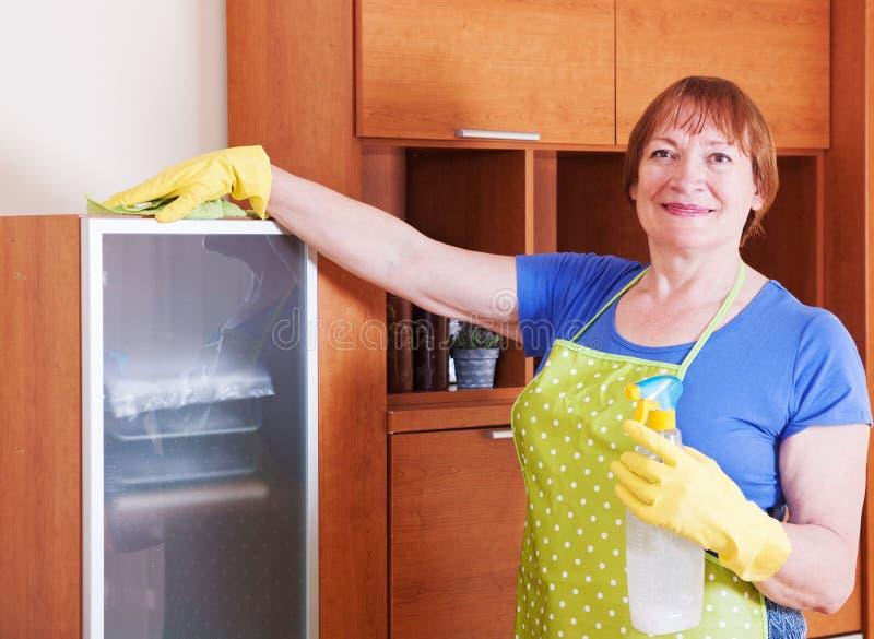 Η γυναίκα καθαρίζει το σπίτι στοκ φωτογραφίες
