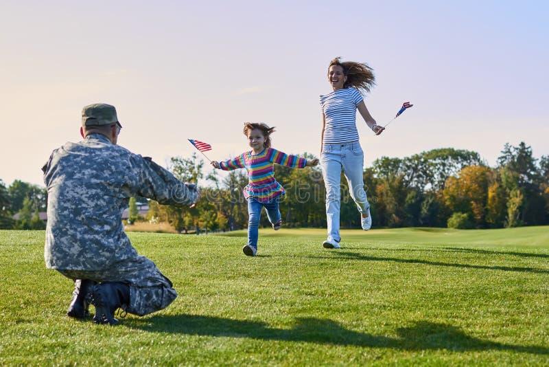 Η γυναίκα και η κόρη συναντούν το στρατιώτη σε ομοιόμορφο στοκ εικόνες