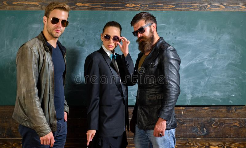 Η γυναίκα και οι άνδρες φορούν τα αρσενικά ενδύματα και eyeglasses Επίσημο διάστημα κοστουμιών σακακιών κοριτσιών και αντιγράφων  στοκ εικόνες