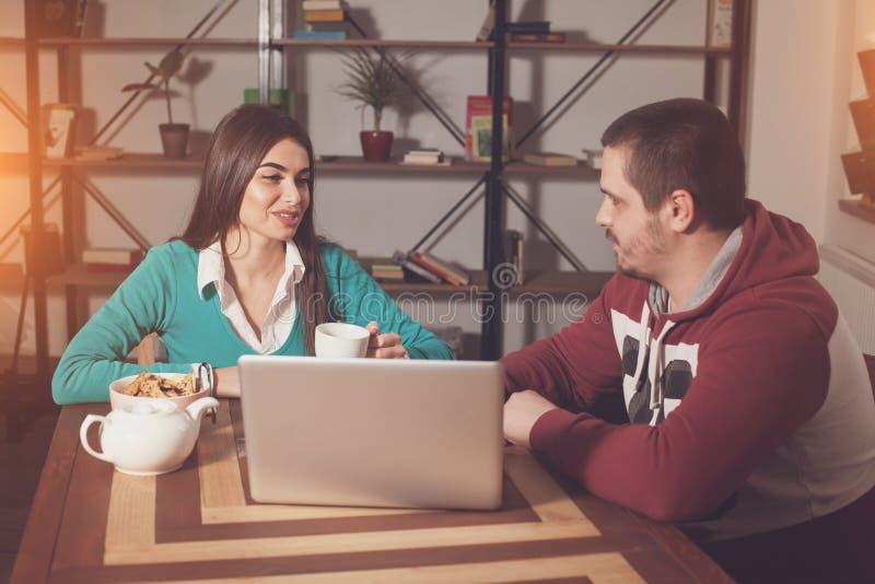 Η γυναίκα και ο άνδρας συζητούν στοκ εικόνες