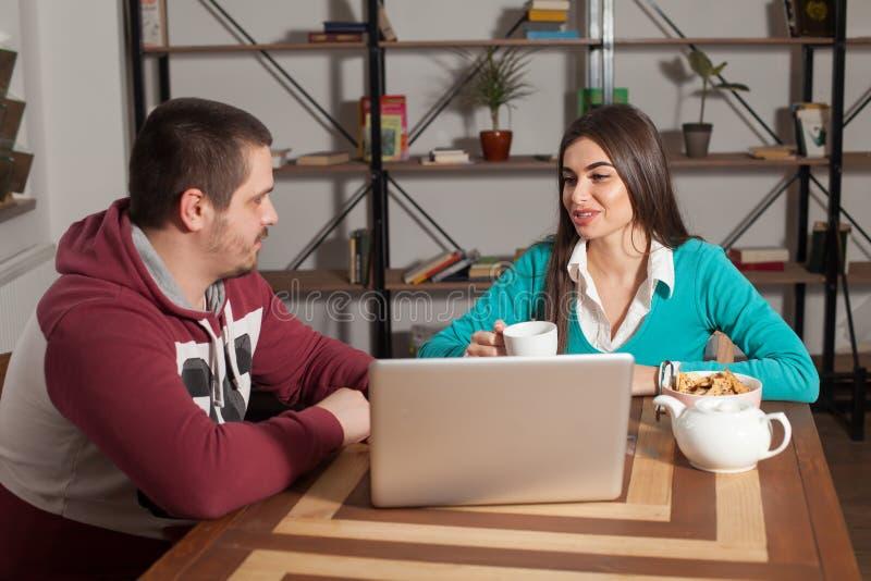 Η γυναίκα και ο άνδρας συζητούν στοκ εικόνα με δικαίωμα ελεύθερης χρήσης