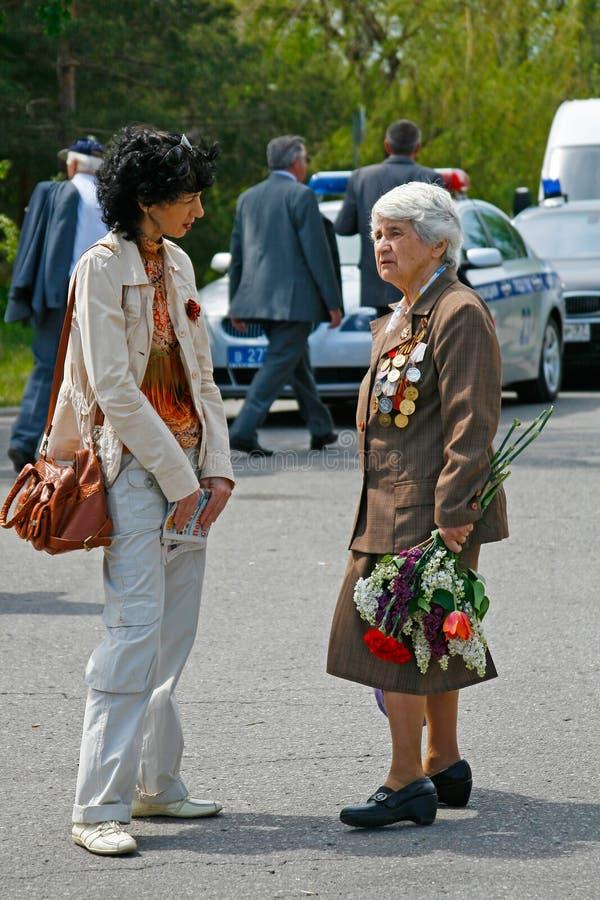 Η γυναίκα και ο παλαίμαχος Δεύτερου Παγκόσμιου Πολέμου μιλούν ο ένας στον άλλο στον εορτασμό ημέρας νίκης στο Mamaev Kurgan στο Β στοκ εικόνες με δικαίωμα ελεύθερης χρήσης