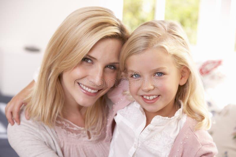 Η γυναίκα και το παιδί θέτουν στο στούντιο στοκ εικόνα με δικαίωμα ελεύθερης χρήσης