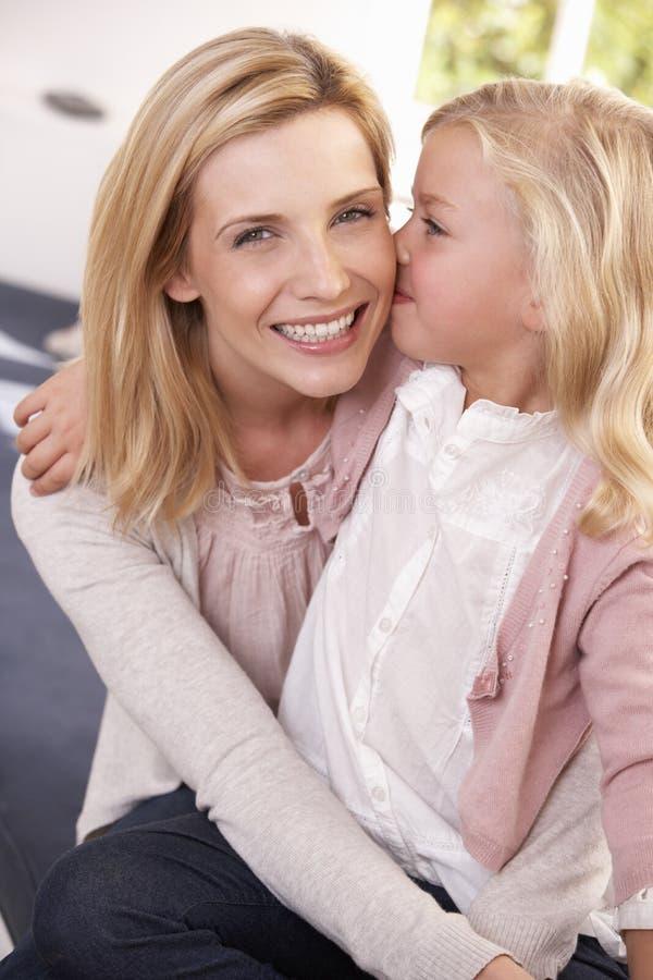 Η γυναίκα και το παιδί θέτουν στο στούντιο στοκ φωτογραφίες με δικαίωμα ελεύθερης χρήσης
