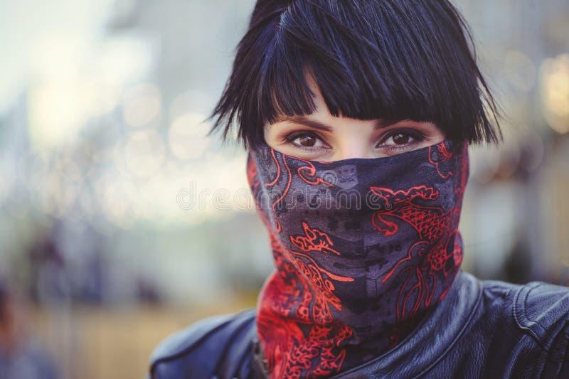 Η γυναίκα καλύπτει το πρόσωπό της με ένα χαρτομάνδηλο, μια ελευθερία λόγου και μια παράδοση, κινηματογράφηση σε πρώτο πλάνο στοκ φωτογραφία με δικαίωμα ελεύθερης χρήσης