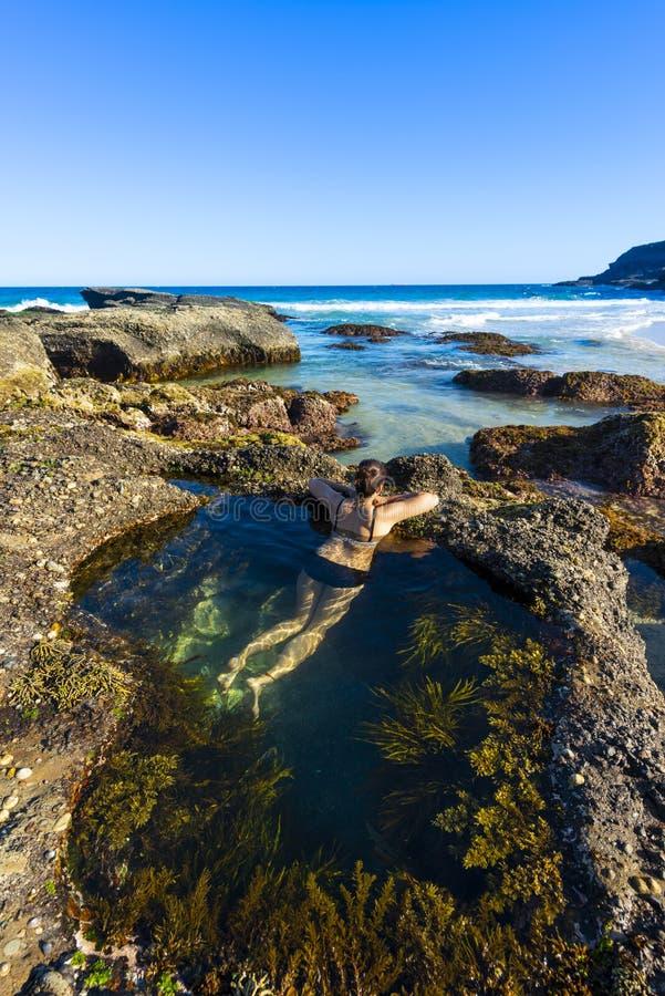 Η γυναίκα κολυμπά στη θάλασσα του Σίδνεϊ λιμνών φύσης στοκ φωτογραφία με δικαίωμα ελεύθερης χρήσης