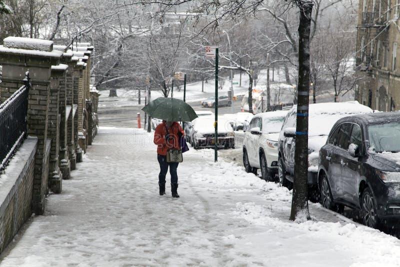 Η γυναίκα κρατά την ομπρέλα κατά τη διάρκεια της πτώσης χιονιού περπατώντας επάνω Bronx Νέα Υόρκη στοκ φωτογραφίες με δικαίωμα ελεύθερης χρήσης