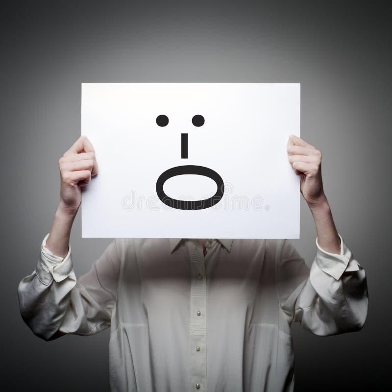 Η γυναίκα κρατά τη Λευκή Βίβλο με το χαμόγελο Φωνάξτε την έννοια στοκ εικόνες με δικαίωμα ελεύθερης χρήσης