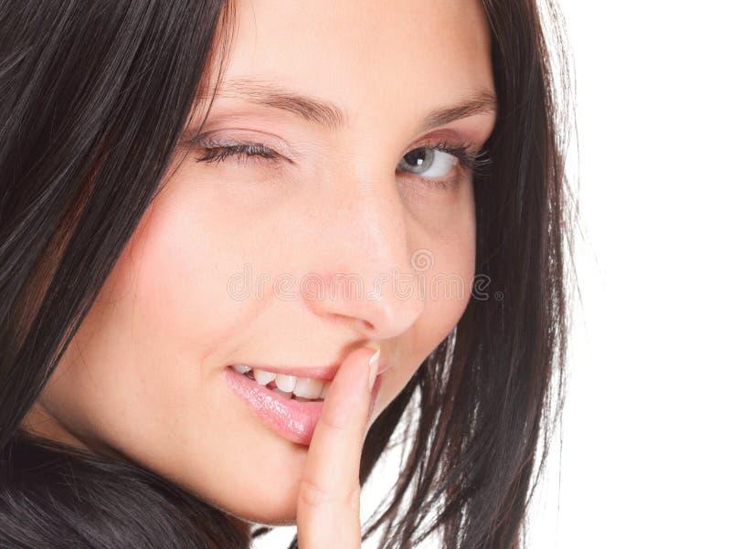 Η γυναίκα κρατά το ήρεμο δάχτυλο χειρονομίας στο στόμα που απομονώνεται στοκ φωτογραφίες με δικαίωμα ελεύθερης χρήσης
