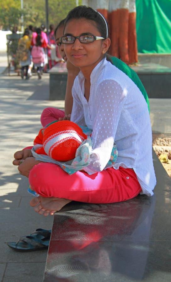 Η γυναίκα κρατά το γιο της στα χέρια υπαίθρια στοκ εικόνα με δικαίωμα ελεύθερης χρήσης