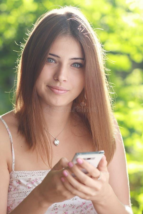 Η γυναίκα κρατά το Smartphone Στοκ Εικόνες