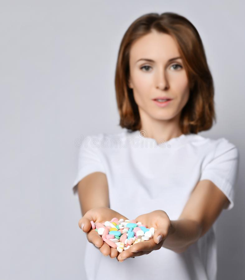 Η γυναίκα κρατά ότι τα διαφορετικά φάρμακα απώλειας βάρους συνταγών συμπληρωμάτων διατροφής χαπιών ταμπλετών χρώματος στους καρδι στοκ εικόνες με δικαίωμα ελεύθερης χρήσης
