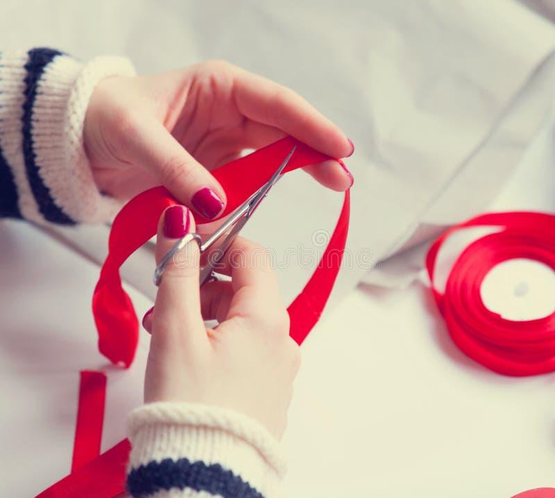 Η γυναίκα κόβει μια κόκκινη κορδέλλα στοκ φωτογραφία με δικαίωμα ελεύθερης χρήσης