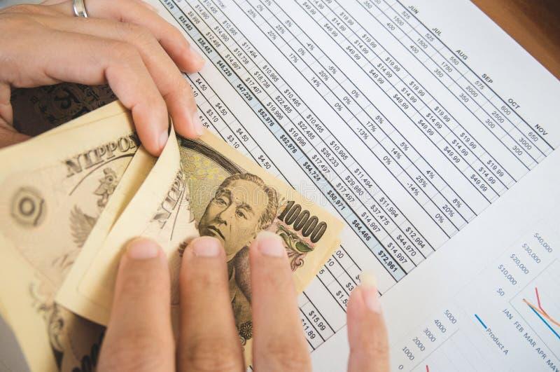 Η γυναίκα μετρά τα χρήματα με την οικονομική έννοια εγγράφου δήλωσης στοκ εικόνα