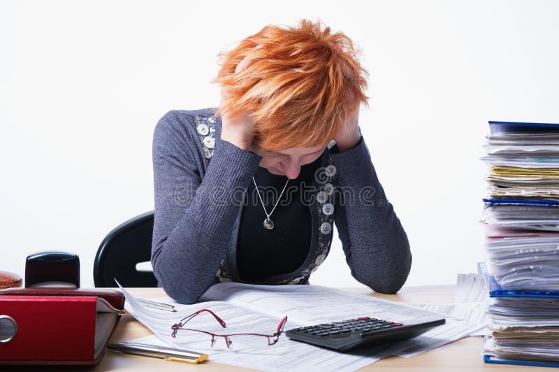 Η γυναίκα μετρά τους φόρους στοκ εικόνα με δικαίωμα ελεύθερης χρήσης
