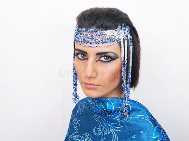 Η γυναίκα με Αιγύπτιο κοιτάζει στοκ εικόνες