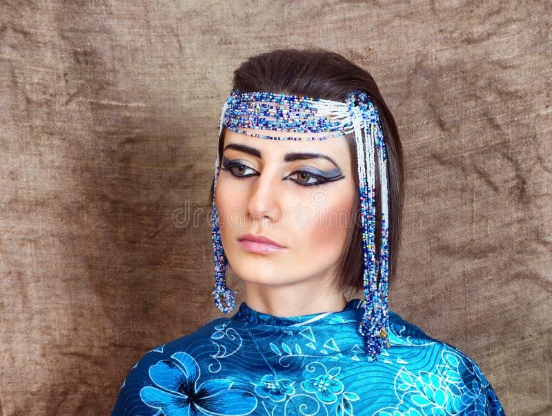 Η γυναίκα με Αιγύπτιο κοιτάζει στοκ εικόνα
