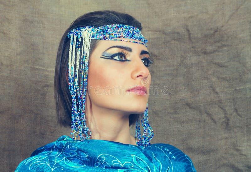 Η γυναίκα με Αιγύπτιο κοιτάζει στοκ φωτογραφίες