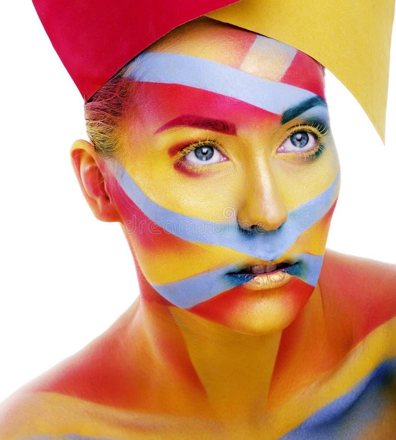 Η γυναίκα με τη δημιουργική γεωμετρία αποτελεί, κόκκινη, κίτρινη, μπλε κινηματογράφηση σε πρώτο πλάνο χαμογελώντας τη χρωματισμέν στοκ φωτογραφίες με δικαίωμα ελεύθερης χρήσης