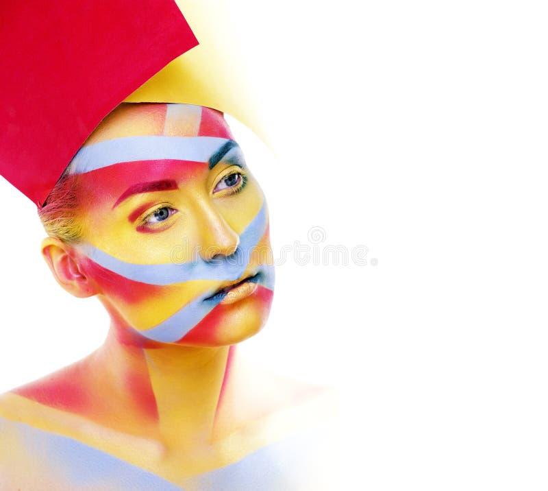 Η γυναίκα με τη δημιουργική γεωμετρία αποτελεί, κόκκινη, κίτρινη, μπλε κινηματογράφηση σε πρώτο πλάνο χαμογελώντας τη χρωματισμέν στοκ φωτογραφίες