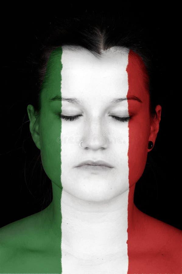 Η γυναίκα με τη σημαία της Ιταλίας χρωμάτισε στο πρόσωπό της. στοκ φωτογραφίες με δικαίωμα ελεύθερης χρήσης