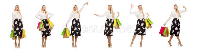Η γυναίκα με τις τσάντες αγορών που απομονώνεται στο λευκό στοκ φωτογραφία με δικαίωμα ελεύθερης χρήσης