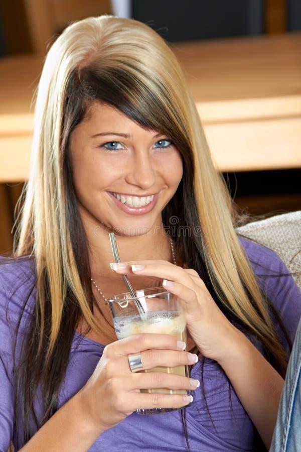 Η γυναίκα με τον καφέ χαμογελά στοκ εικόνες