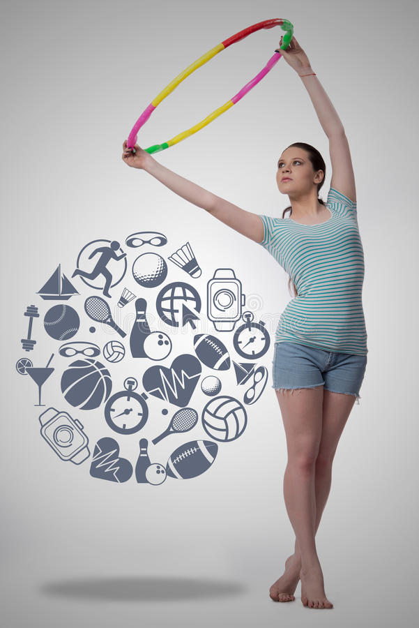 Η γυναίκα με το βρόχο hula στην αθλητική έννοια στοκ εικόνες