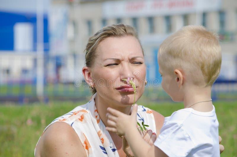 Η γυναίκα με το παιδί στοκ φωτογραφία με δικαίωμα ελεύθερης χρήσης