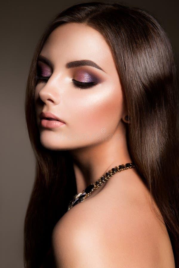 η γυναίκα με το ραβδί Πορτρέτο γοητείας του όμορφου προτύπου γυναικών με το φρέσκο makeup και το ρομαντικό hairstyle στοκ εικόνες