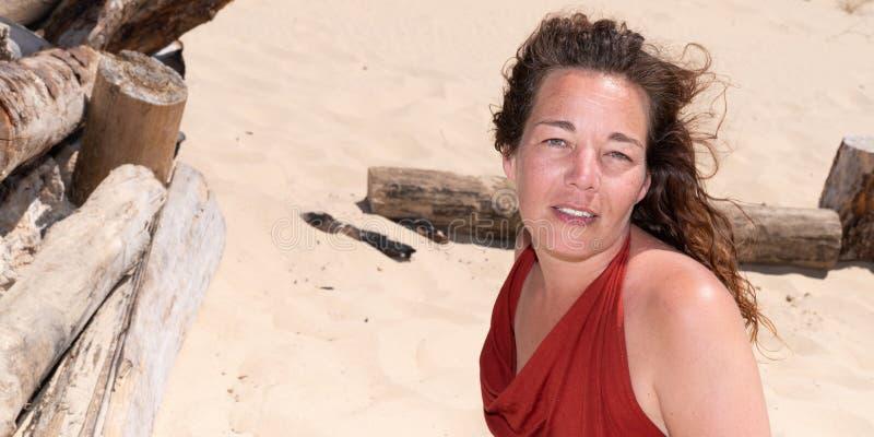 Η γυναίκα ντύνει την άνοιξη την απόλαυση των θερινών διακοπών στην παραλία στο πρότυπο εμβλημάτων Ιστού στοκ εικόνες