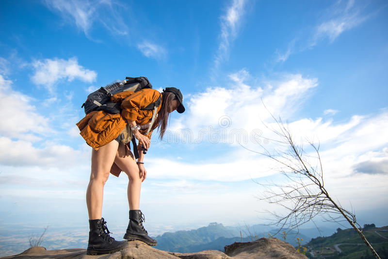 Η γυναίκα οδοιπόρων φαίνεται διόπτρες στο βουνό στοκ εικόνα με δικαίωμα ελεύθερης χρήσης