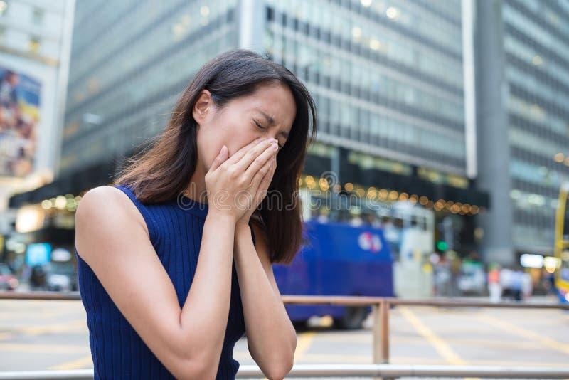 Η γυναίκα πάσχει από την αλλεργία μύτης λόγω της ατμοσφαιρικής ρύπανσης στοκ εικόνες με δικαίωμα ελεύθερης χρήσης