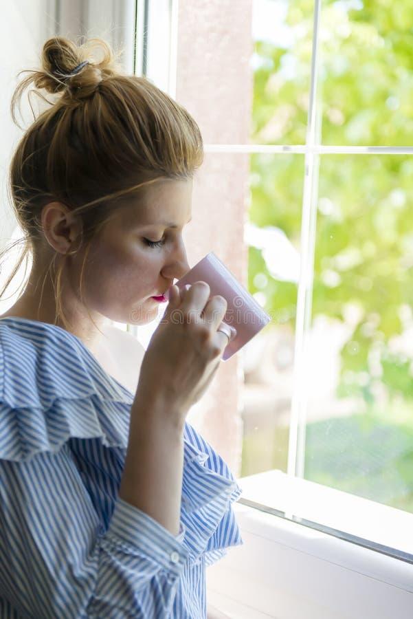 Η γυναίκα πίνει τον καφέ στοκ εικόνες