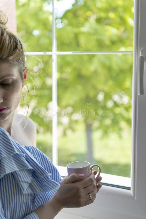 Η γυναίκα πίνει τον καφέ στοκ φωτογραφίες με δικαίωμα ελεύθερης χρήσης