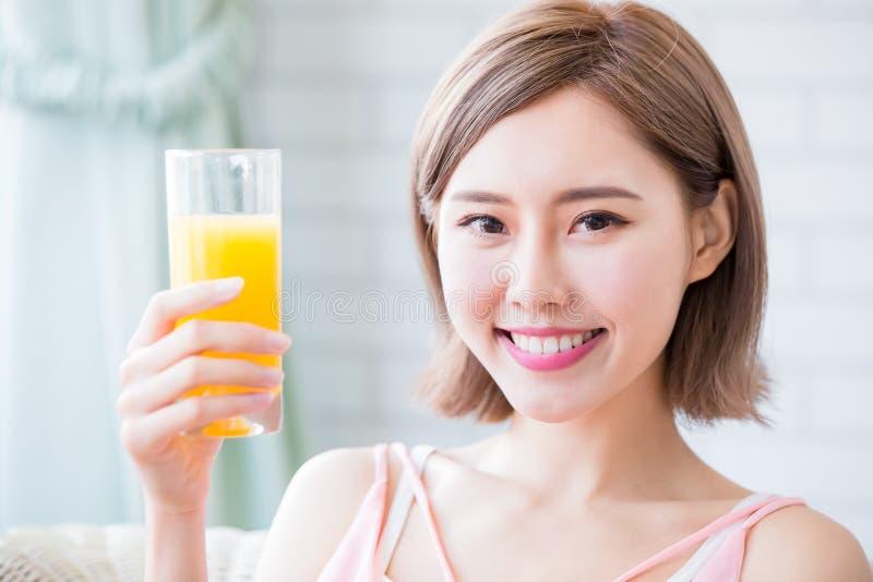 Η γυναίκα πίνει το χυμό στοκ φωτογραφία